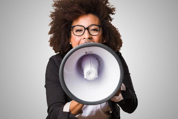 Ställ krav kvinna med megafon