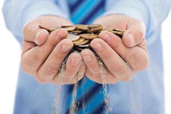 Besparing spara pengar rinner genom fingrar