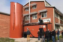 Vithalatvätten med pelletssilo och panncentral i fasadens färg