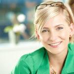 Ung kvinna i grön blus